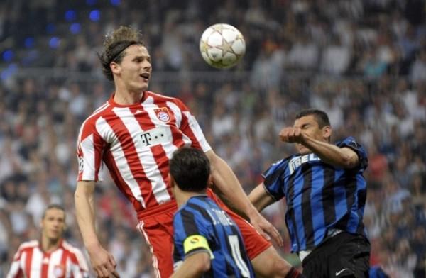CHALET BELGA. Van Buyten sufre ante la carga de Lucio (Foto: AFP)