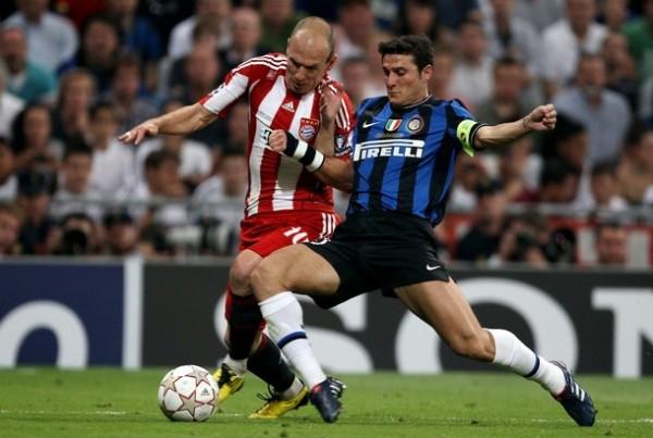 NO ME LA ROBBES. Zanetti le cierra el paso a Robben. El holandés estuvo comprimido entre el capitán interista y Cambiasso (Foto: AFP)