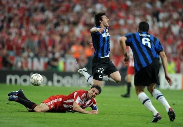NI A CARA DE PERRO. Van Bommel intenta detener como sea a Milito, quien ya desde el arranque daba muestras de su desequilibrio (Foto: AFP)