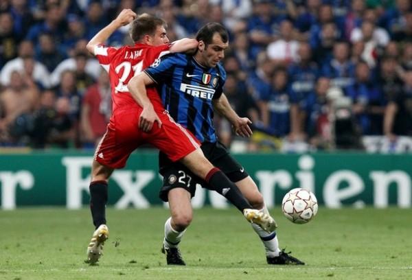 SÍ LO DEJAN. Stankovic elude a Lahm. El serbio ratificó su condición de puntal neroazzurro (Foto: AFP)
