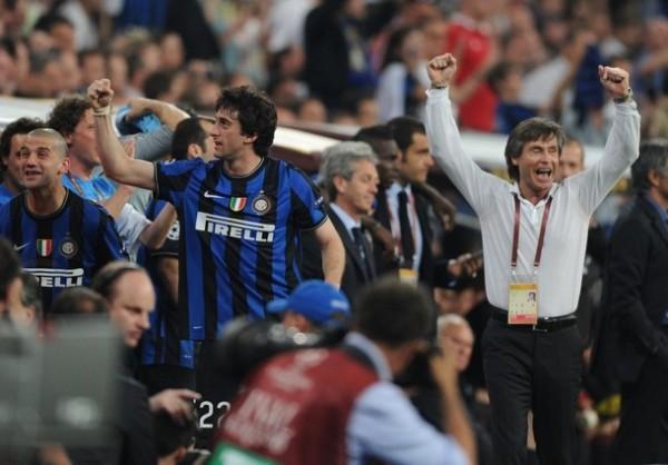 ÉXTASIS EXTREMO. La banca, ya con Milito sustituido por Materazzi, aguarda el pitazo final para dar rienda suelta a su festejo (Foto: AFP)
