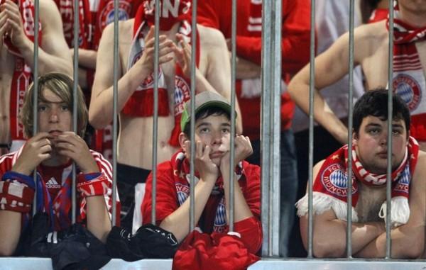 DESAZÓN MUNIQUESA. El sufrimiento no tuvo edades en la parcialidad del Bayern (Foto: AFP)