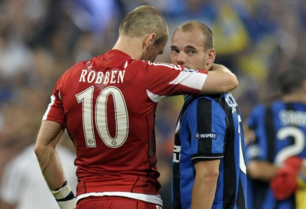 CONVERSA HOLANDESA. Sneijder, como buen ganador, consuela a su compatriota Robben (Foto: AFP)