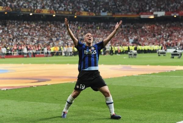 CUCHU EN SU HORA MÁS GLORIOSA. Cambiasso, a despecho de no haber sido llamado para el Mundial, dio ahora rienda suelta a su alegría (Foto: AFP)