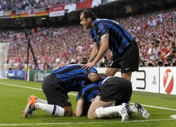 PIRÁMIDE FELIZ. Todo Inter llega a festejar con el goleador Milito. El 2-0 dejaba todo sentenciado en Madrid (Foto: AFP)