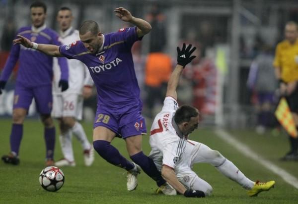CUIDADO QUE TE CAES. De Silvestri le saca el balón a Ribéry. La Fiorentina complicó mucho al Bayern en el propio Munich (Foto: REUTERS)