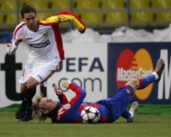 POR EL SUELO. Krasic cae ante la marca de Fernando Navarro. El hombre del CSKA fue el Estrellado del cotejo (Foto: AP)