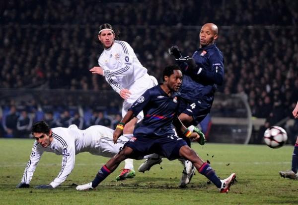 PIM, PAM, PUM. El ghanes Jean Makoun, en la imagen estorbado por Kaká, convirtió el único tanto del compromiso y embriagó a todo el estadio Gerland (Foto: AFP)