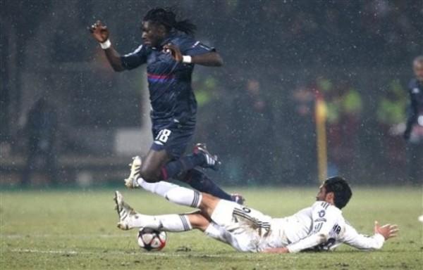 QUÉ MIEDO. Bafetimbi Gomis ingresó por el 'Chelito' Delgado y se mostró desequilibrante en los últimos minutos. Acá lo sufre Ezequiel Garay (Foto: AFP)