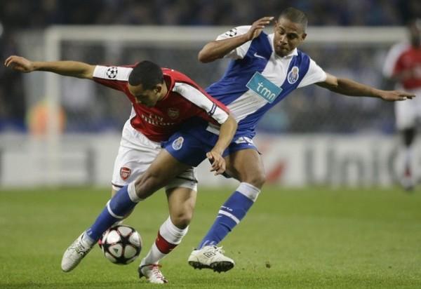 CABE INDICAR. Theo Walcott soporta la presión de Fernando. El Porto se cerró cuando tuvo la ventaja y sacó un buen triunfo (Foto: REUTERS)