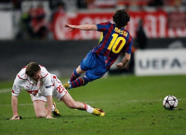 LA MARCA DEL EX. Aleksandr Hleb jugó contra su ex equipo y le dejó este recuerdo a Lionel Messi (Foto: AFP)