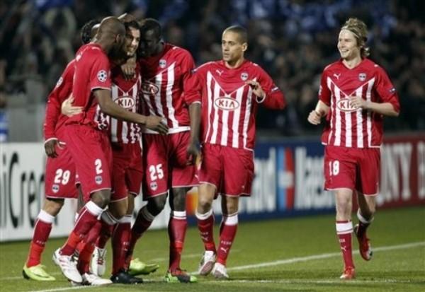 EL CAMINO A CUARTOS. El ex Milán, Yoann Gourcuff, celebra con sus compañeros tras vencer el pórtico de Nikopolidis. Era el 1-0 (Foto: AP)