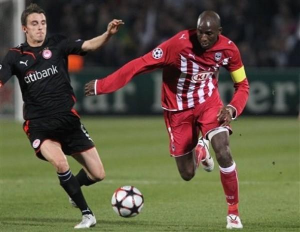 NO QUEDÓ SATISFECHO. El francés Alou Diarra comanda el ataque de Bordeaux. Luego vio la roja por doble amonestación (Foto: AP)