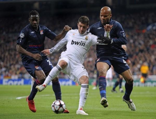 CALLEJÓN SIN SALIDA. Olympique Lyon salió decidido a achicarle los espacios a Real Madrid, como lo demuestran Aly Cissokho y Jean-Alain Boumsong a la hora de encimar al 'Pipita' Higuaín (Foto: AFP)