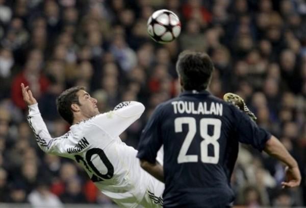 'PIPA' APAGADA. El argentino Gonzalo Higuaín lo intentó de mil maneras, pero siempre se topó ante el acecho de algún francés, como en la imagen ante Jeremy Toulalan (Foto: AP)