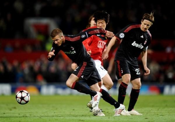 HIZO LO QUE PUDO. David Beckham retornó al Old Trafford y fue aclamado por los aficionados locales, pero su actuación con los rossoneros paso desapercibida (Foto: AFP)