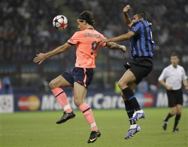 DISCRETO ESTRENO. Ibrahimovic volvió a San Siro sin mayor fuste. Acá anticipa a Lúcio (Foto: AP)