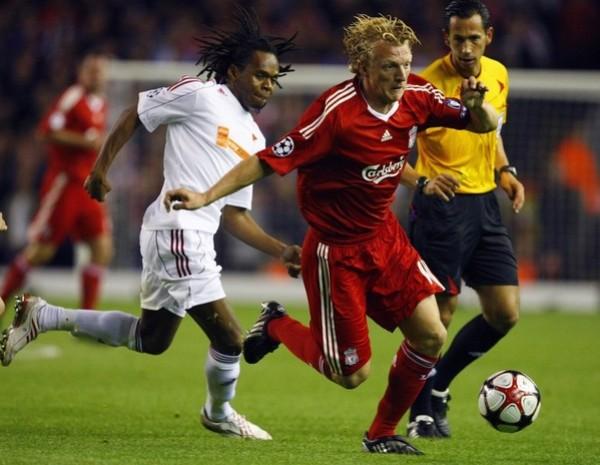 JUGANDO SOLITARIO. Dirk Kuyt, quien acá se le escapa al hondureño Luis Ramos, salvó el trámite para el Liverpool ante el aguerrido Debrecen húngaro (Foto: Reuters)