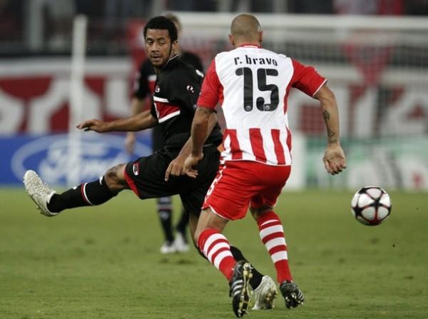 PASÓ PIOLA. Raúl Bravo le pone el pare a Mousa Dembele, así como Olympiacos supo contener al AZ Alkmaar y ganarle con gol de Torosidis (Foto: Reuters)
