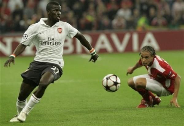 MÁS PARADO. Emmanuel Eboué sale limpio dejando en el suelo a Axel Witsel. Pese al inicio complicado, el Arsenal guapeó y ganó 2-3 al Standard en Lieja (Foto: AP)