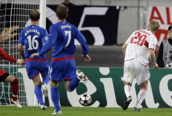 NO LE ALCANZÓ. El ruso Pogerbnyak puso así adelante al Stuttgart sobre el Rangers escocés, que empató en el complemento (Foto: Reuters)