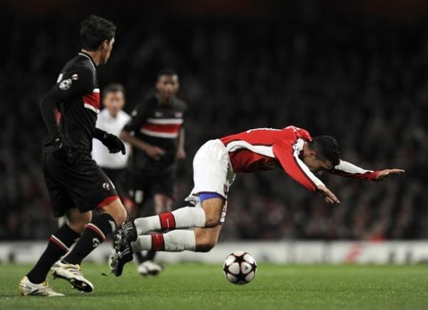 DE CABEZA A OCTAVOS. El Arsenal goleó 4-1 al AZ y clasificó a la siguiente ronda. El holandés Van Persie no marcó, pero colaboró para la goleada (Foto: AP)