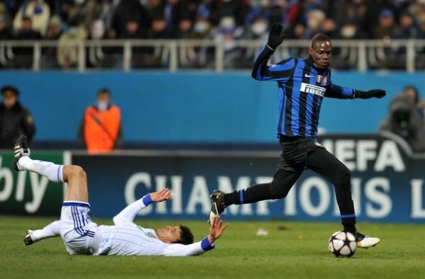 DE BOLETELLI. El Inter gano in extremis gracias a un gol de Sneijder en el 89'. Balotelli entró con todo para la remontada (Foto: AP)
