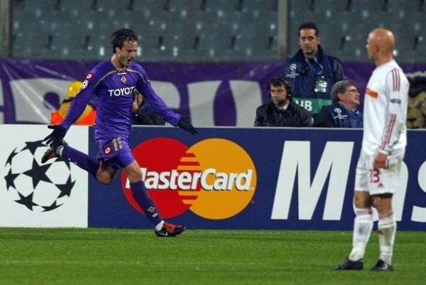 NO HAY QUINTO MALO. Gilardino marcó el quinto de la 'Fiore' ante el Debreceni. Los violas golearon 5-2 y se acercan a octavos con seguridad (Foto: REUTERS)