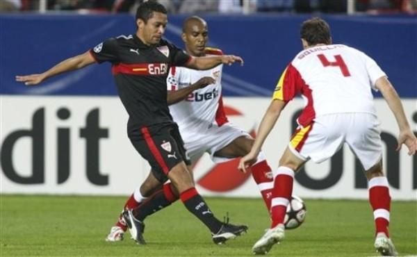 Y OLÉ. El Sevilla consiguió la clasifiación tan solo empatando ante el Stuttgart a un gol (Foto: AP)
