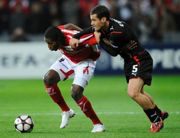 ESTÁNDARTE IDEAL. Standard superó con facilidad al Olympiacos. Mbokani se puod zafar de Galitsios y marcó el primero (Foto: AP)