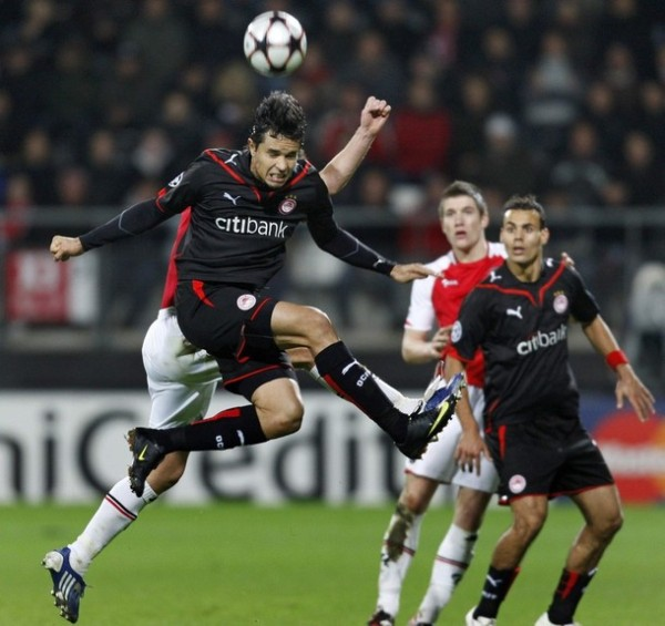 NEGOCIO OLÍMPICO. AZ Alkmaar y Olympiakos aburrieron a la concurrencia con el 0-0, aunque la igualdad le favoreció al conjunto helénico (Foto: REUTERS)