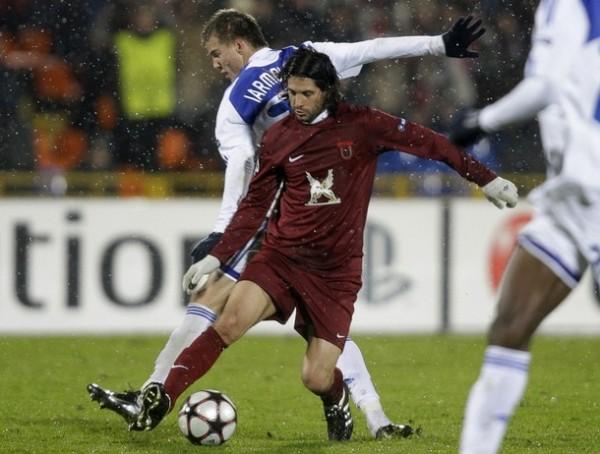 LE FALTÓ FRIALDAD. El 'Chori' Domínguez le gana la espalda al ucraniano Andriy Yarmolenko. Rubin Kazan no pudo romper el cero ante Dynamo Kiev y su clasificación se complica (Foto: REUTERS)