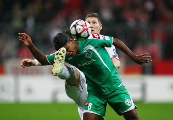 OJOS BIEN ABIERTOS. Bastian Schweinsteiger pelea sobre el límite con Jhon Culma Jairo. Bayern Munich derrotó por la mínima diferencia a Maccabi Haifa y se mantiene con vida (Foto: AFP)