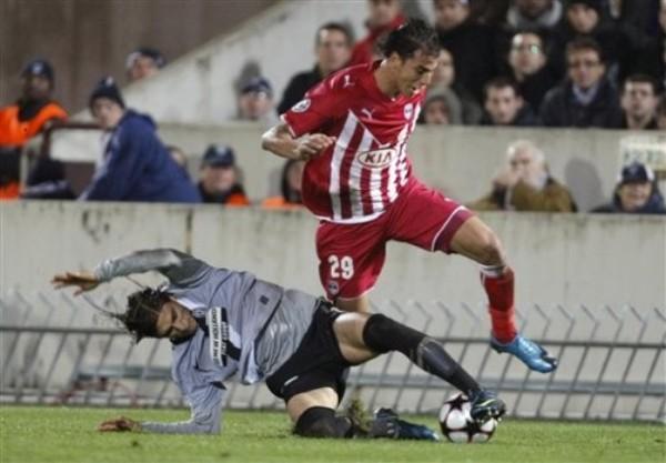 LÍNEA ASCENDENTE. Marouane Chamakh deja sembrado al uruguayo Martín Cáceres. Burdeaux pasó por encima a Juventus y se aseguró el primer lugar del Grupo A (Foto: AP)