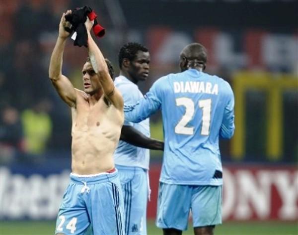 TODO ES FELICIDAD. Bonnart alza los brazos mientras Diawara y Taiwo se felicitan mutuamente. Olympique Marsella se robó un punto del San Siro y aún cree en la clasificación (Foto: AP)