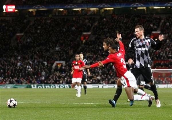 TRASPIE CALCULADO. Patrice Evra no puede superar a su marcador. Manchester United tropezó en casa ante el colero Besiktas, peru su presencia en Octavos ya estaba asegurada (Foto: AP)