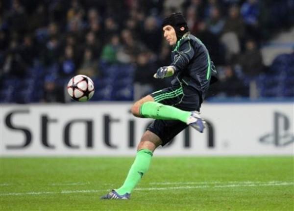 SAQUE SI QUIERE GANAR. Petr Cech fue uno de los responsables para que Chelsea salga vencedor del estadio do Dragao y se asegure el primer lugar de su grupo (Foto: AP)