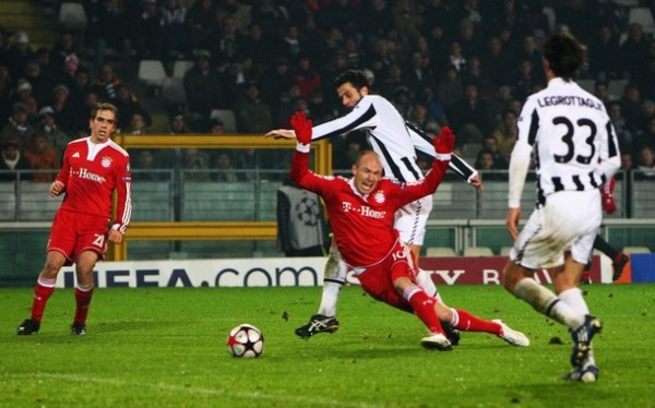 NO LE ROBBEN. El holándes cae y Butt marcará el segundo de penal. Bayern ganó con amplitud a la Juventus y le quitó el cupo (Foto: AP)
