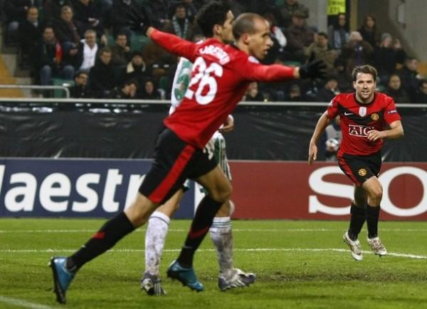 ES SÓLO UN NIÑO. Owen ratificó el liderato inglés marcando los tres goles de los diablos rojos (Foto: REUTERS)
