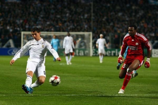 GOLES QUE VALEN MILLONES. Cristiano deslumbró en Marsella y marcó dos de los tres goles merengues. Los franceses se resignarán con la Euroliga (Foto: AP)