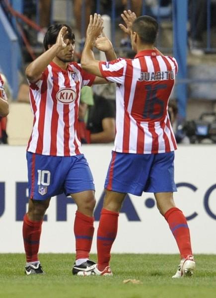 El 'Kun' Agüero celebró ante Panathinaikos por la ronda previa de la Champions junto a Juanito, nuevo refuerzo del Atlético (Foto: Reuters)