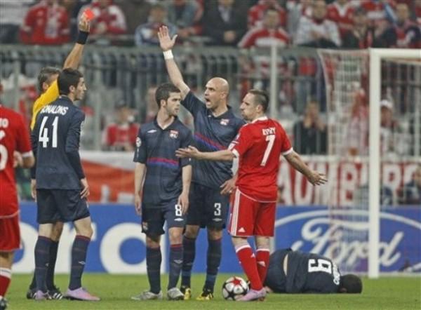 Y HOY TE VAS. Ribéry vio la roja ante sus compatriotas por una dura entrada sobre el 'Chelito' Delgado (Foto: AP)