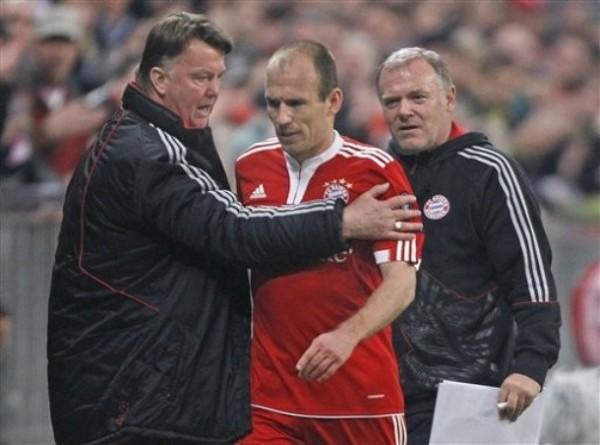 NO ME ROBBES LA ILUSIÓN. Eso parece decirle Arjen Robben a Van Gaal con su mirada luego de ser sustituido a poco del final. El técnico holandés, como siempre, se mantuvo inflexible (Foto: AP)