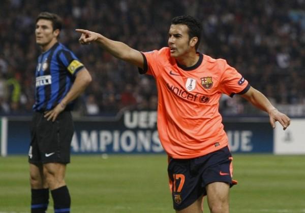 TODO PARECÍA TAN NORMAL... Pedro madrugaba en San Siro y prolongaba la estela triunfal del Barça, ante la desazón de Zanetti (Foto: REUTERS)
