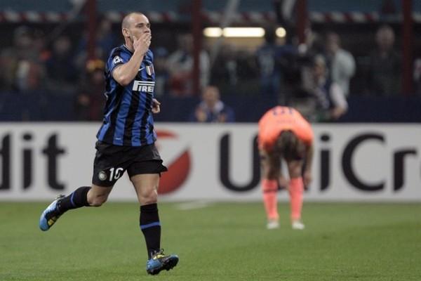 BESO OPORTUNO. Snejider, de lo más parejo que tiene este Inter, apareció en el momento justo para igualar y escribir un nuevo partido (Foto: REUTERS)