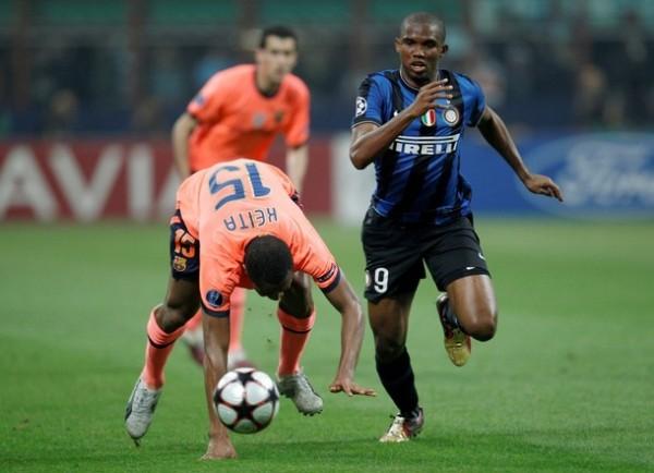 EX SIN LEY. Eto'o zafa de Keita. El camerunés jugó bien contra su ex equipo (Foto: REUTERS)