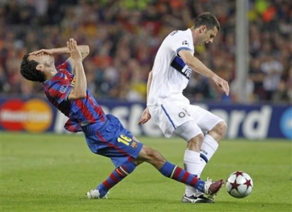 LA  CACHETADA. Thiago Motta agrede así a Sergio Busquets. El brasileño se fue expulsado y puso a Inter contra las cuerdas (Foto: AP)