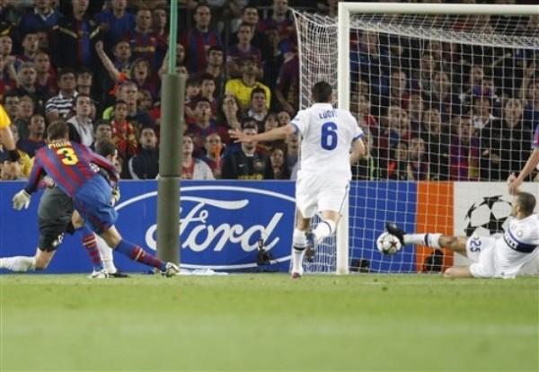 Piqué vence a Julio César en el triunfo sobre Inter. En definitiva, ese tanto no le serviría al cuadro culé (Foto: AP)