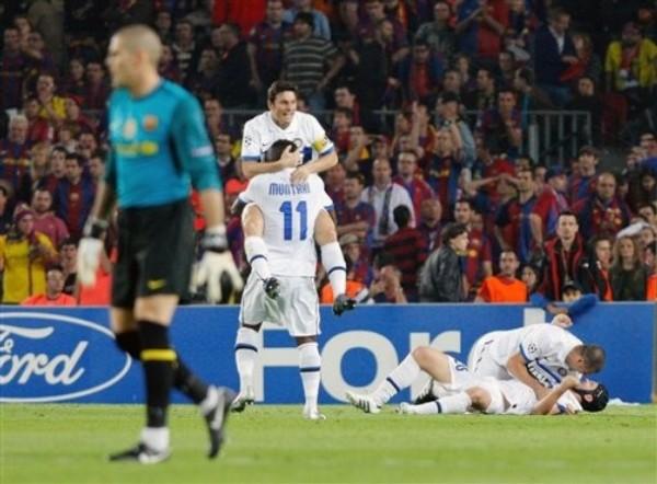 PIRÁMIDE MILANESA. Zanetti y Muntari dan rienda suelta al éxtasis. Valdés, cariacontecido, al lamento (Foto: AP)