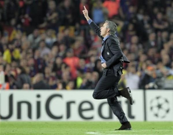 EL ANTI-HÉROE. Mourinho celebró cual jugador de campo el triunfo de su archidefensiva estrategia en el Camp Nou (Foto: AP)